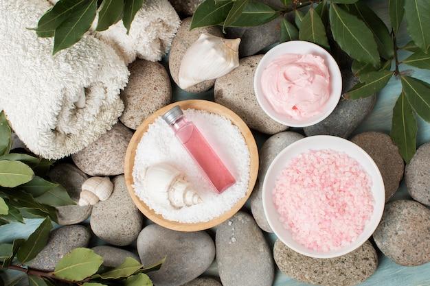 Plat lag spa concept met roze producten