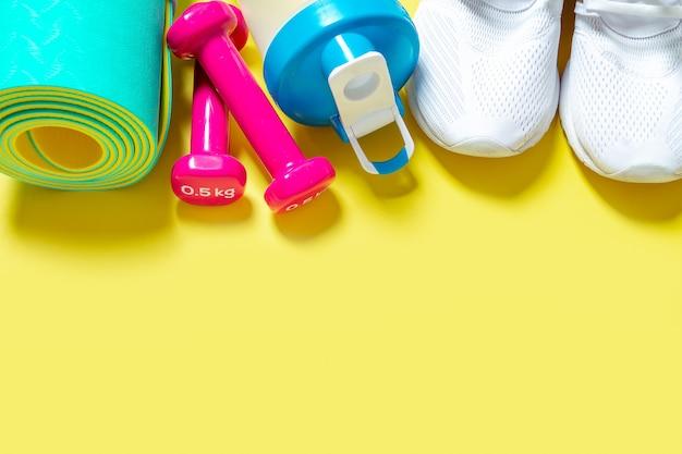 Plat lag sport- en fitnessapparatuur halters sneakers blender waterfles en yogamat