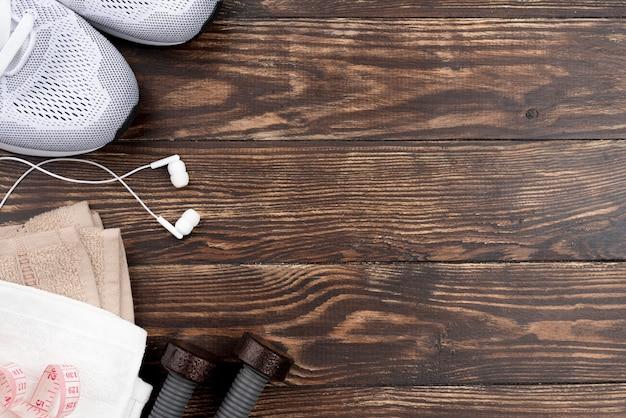 Plat lag sportschoenen en koptelefoon