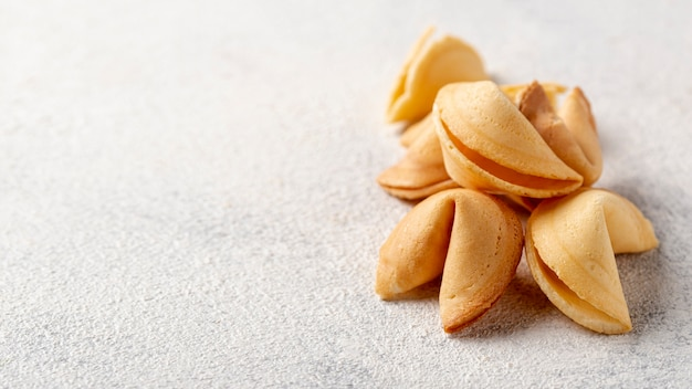 Plat lag stapel fortune cookies met kopie ruimte