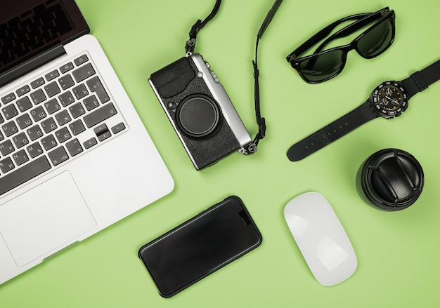 Plat lag stijl foto van werkruimte met kantoorbenodigdheden