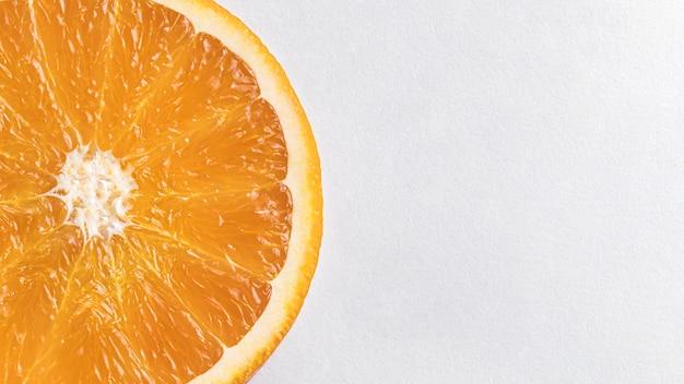 Plat lag stukjes sinaasappel met kopie ruimte
