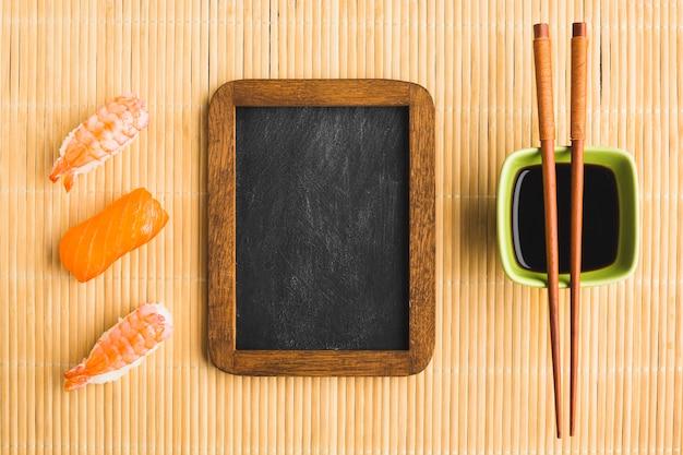 Plat lag sushi-regeling met kopie ruimte