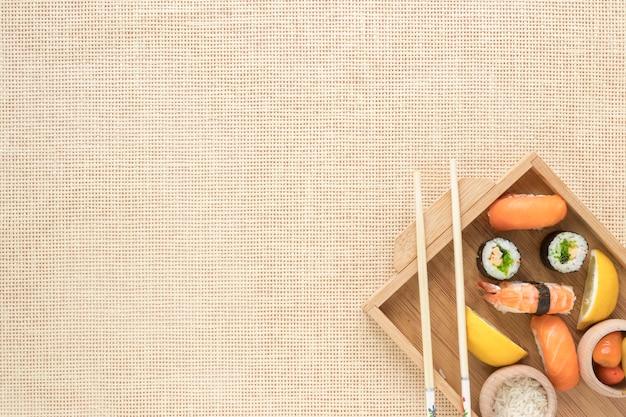 Plat lag sushi samenstelling met copyspace