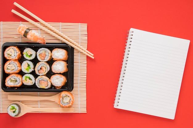 Plat lag sushi samenstelling met kladblok sjabloon