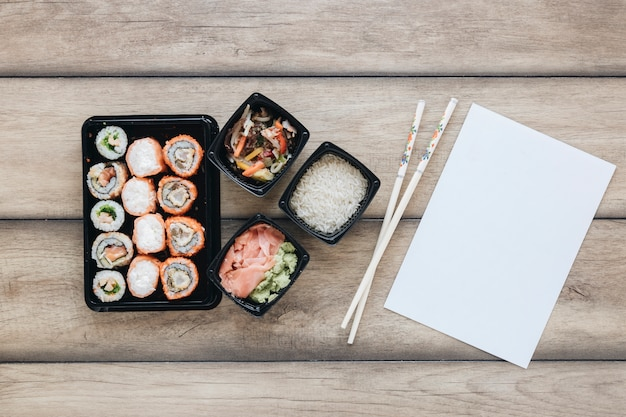 Plat lag sushi samenstelling met papieren sjabloon