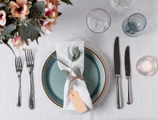 Plat lag tafel arrangement met bloemen