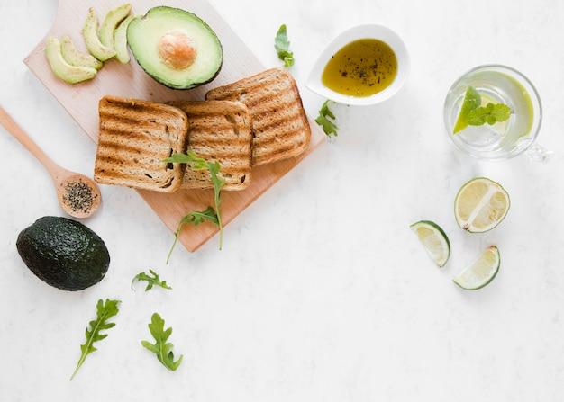 Plat lag toast met avocado