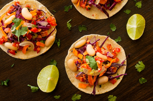 Plat lag tortilla met groenten en vlees