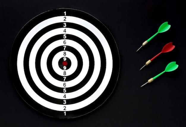 Plat lag van doel met set van darts