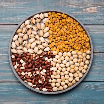 Plat lag van gemengde noten op houten tafel