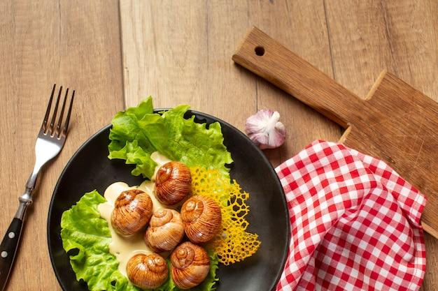 Plat lag van heerlijk eten op houten tafel