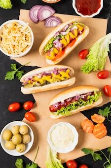 Plat lag van hotdogs op zwarte leisteen tafel