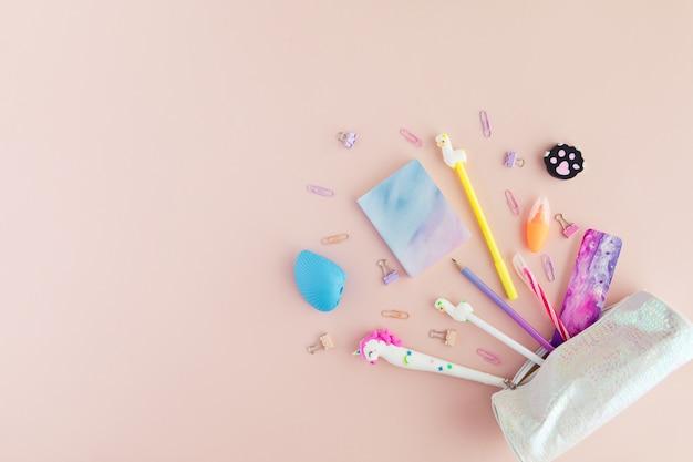 Plat lag van kawaii stijlvolle school briefpapier op roze.