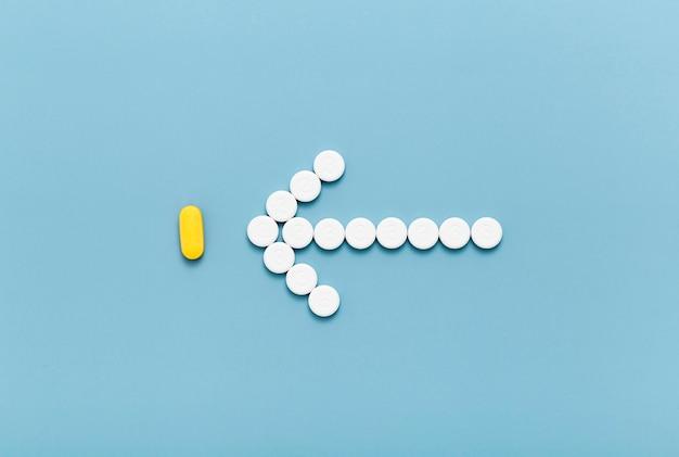 Plat lag van pillen die een pijl vormen