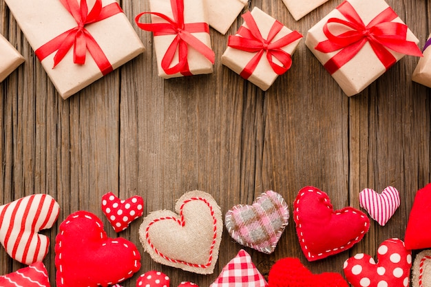 Plat lag van valentijnsdag ornamenten met cadeautjes
