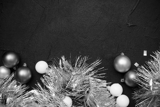 Plat lag van zilveren klatergoud en bollen