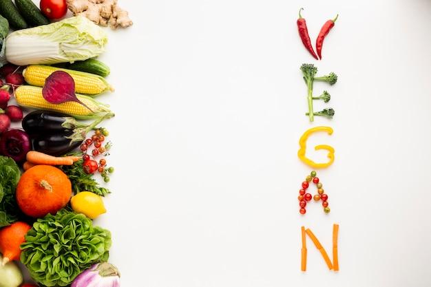 Plat lag vegan belettering gemaakt van groenten
