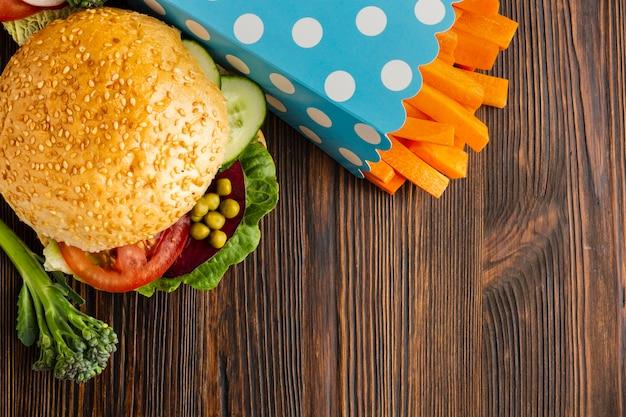 Plat lag veganistisch fastfood met kopie ruimte
