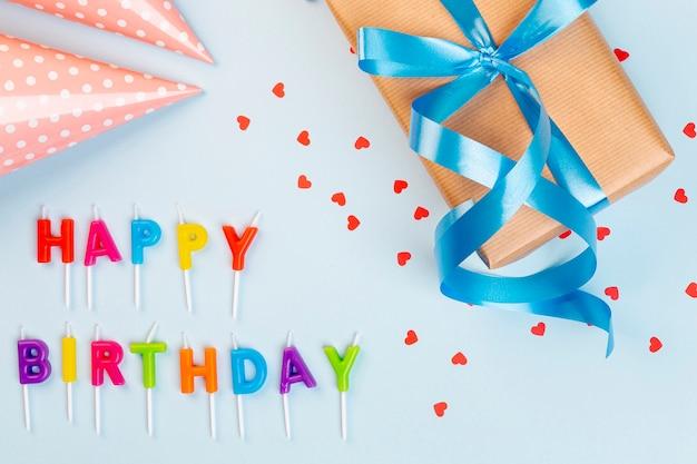 Plat lag verjaardag arrangement met cadeau en feest hoed