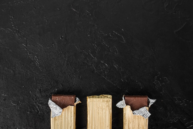 Plat lag verpakte chocoladerepen met kopie ruimte
