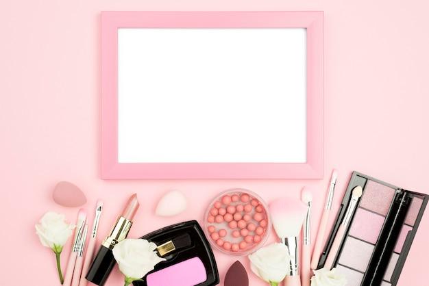 Plat lag verschillende schoonheidsproducten assortiment met leeg frame