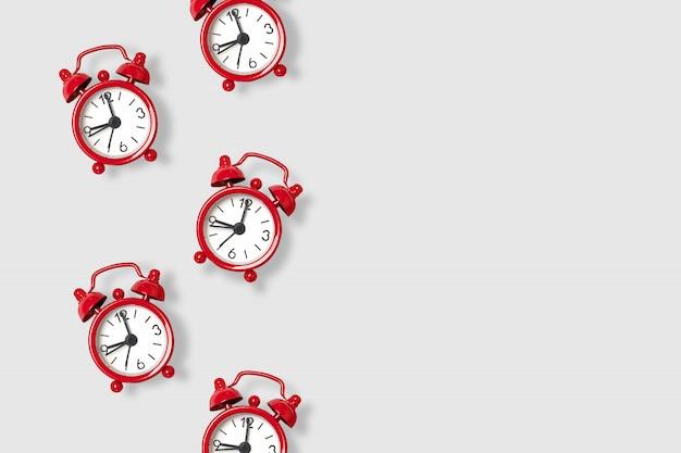 Plat lag verspreide rode alarmklokken op grijs