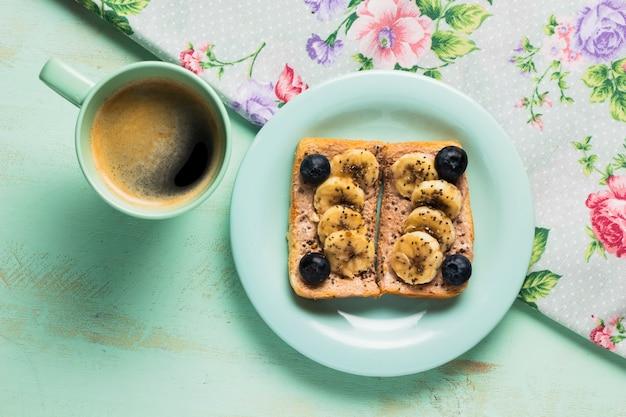 Plat lag vintage ontbijt met wilde bessen