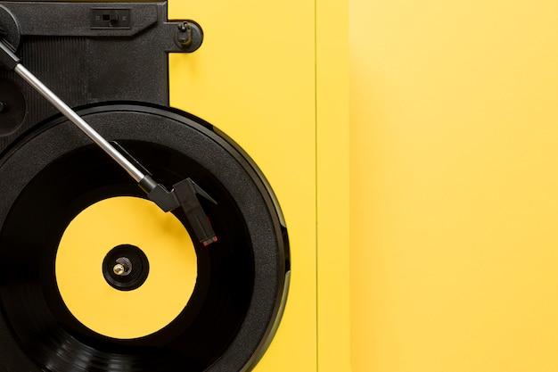 Plat lag vinyl op gele achtergrond