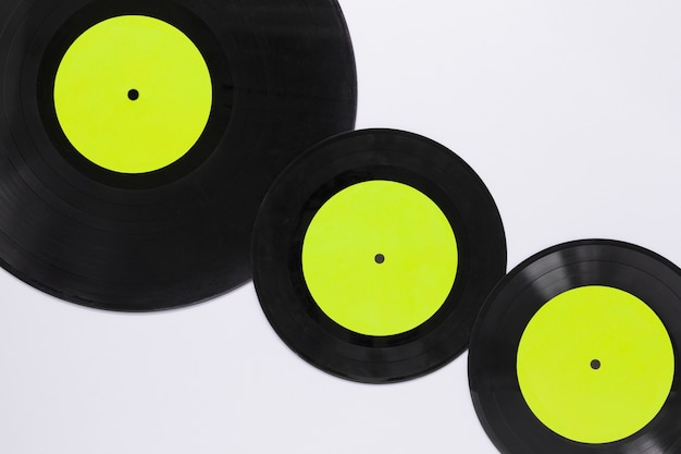 Plat lag vinyl schijven met witte achtergrond