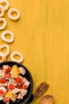 Plat lag vlees- en groenteschotel