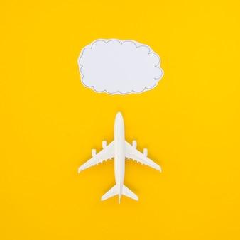 Plat lag vliegtuig en wolk