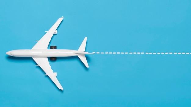 Plat lag vliegtuig op blauwe achtergrond