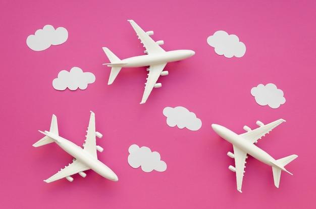 Plat lag vliegtuigen en wolken