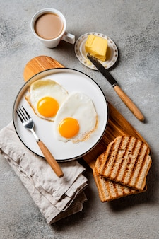 Plat lag voedzame samenstelling van de ontbijtmaaltijd