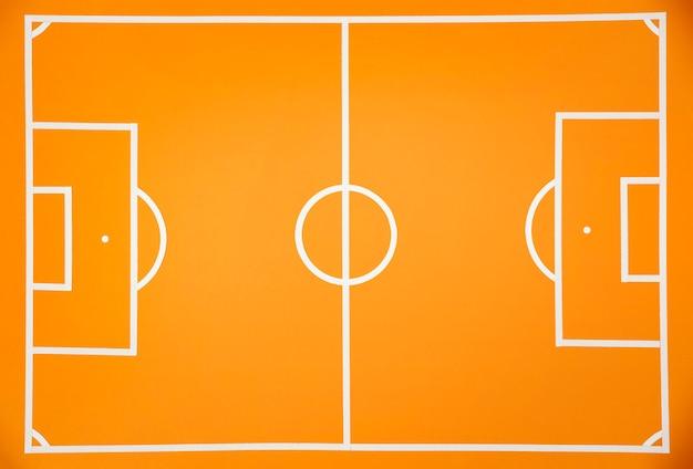 Plat lag voetbal op veld stilleven