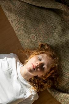 Plat lag vrouw met gesloten ogen