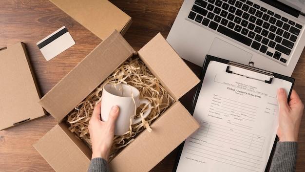 Plat lag vrouw voorbereiding van een cyber maandag-pakket