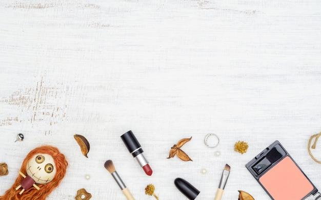 Plat lag vrouwelijke cosmetica in herfst en halloween festival achtergrond