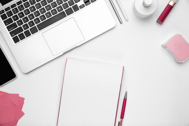 Plat lag vrouwelijke kantoor aan huis werkruimte copyspace