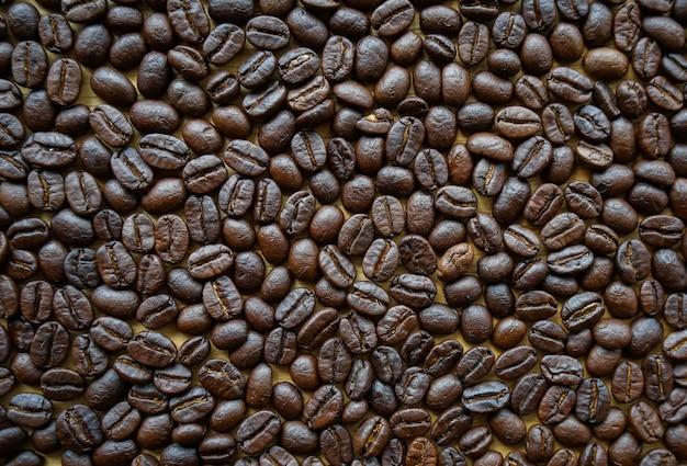Plat lag weergave van gebrande koffiebonen achtergrond