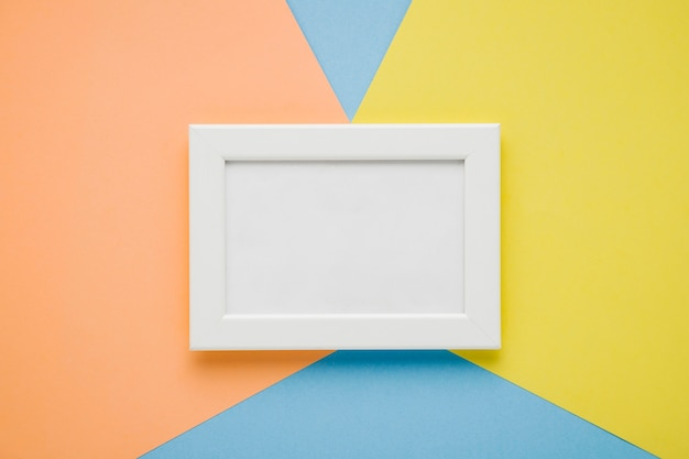 Plat lag wit frame op kleurrijke achtergrond