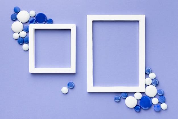Plat lag witte frames met kiezelstenen