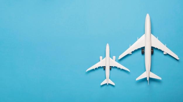 Plat lag witte vliegtuigen met kopie-ruimte