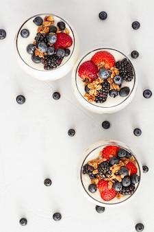 Plat lag yoghurt met aardbeien en bosbessen