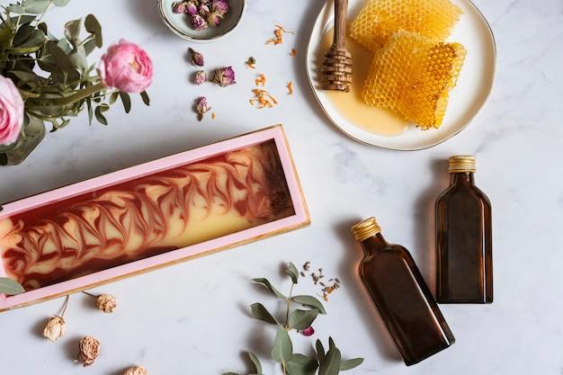 Plat lag zelfgemaakte zeep en honing