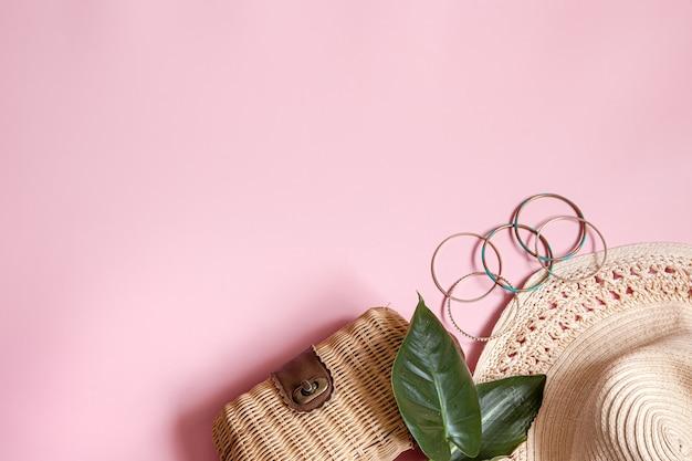 Plat lag zomercompositie met vrouwelijke accessoires op roze achtergrond kopie ruimte.