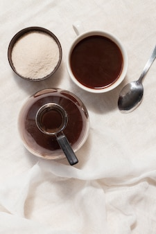 Plat lag zwarte koffie in een kopje met suiker