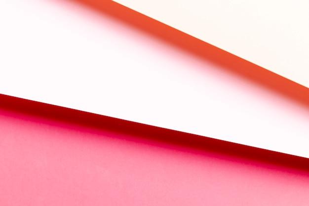 Plat lagen verschillende tinten rood papier