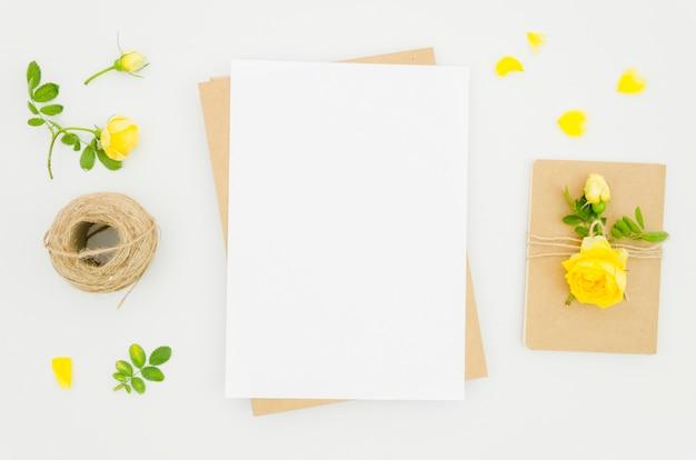 Plat lay-papier mockup met florale elementen